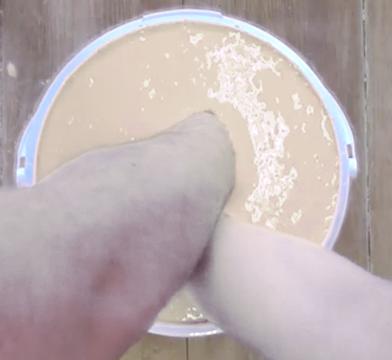 Mains entrelacées dans l'alginate